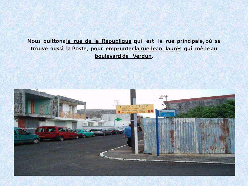 Nous quittons la rue de la République qui est la rue principale, où se trouve aussi la Poste, pour emprunter la rue Jean Jaurès qui mène au boulevard de Verdun.