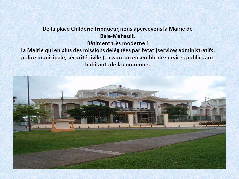 De la place Childéric Trinqueur, nous apercevons la Mairie de Baie-Mahault.