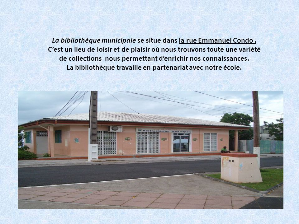 La bibliothèque municipale se situe dans la rue Emmanuel Condo
