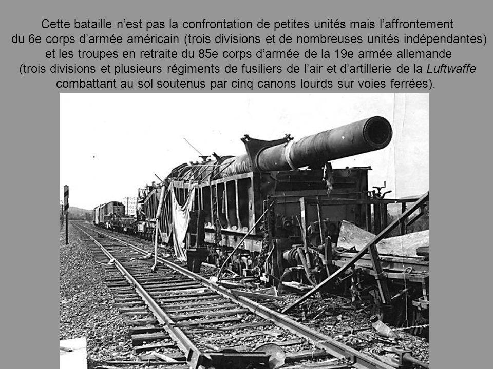 combattant au sol soutenus par cinq canons lourds sur voies ferrées).
