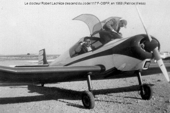 Le docteur Robert Lachèze descend du Jodel 117 F-OBFP, en 1958 (Patrice Weiss)