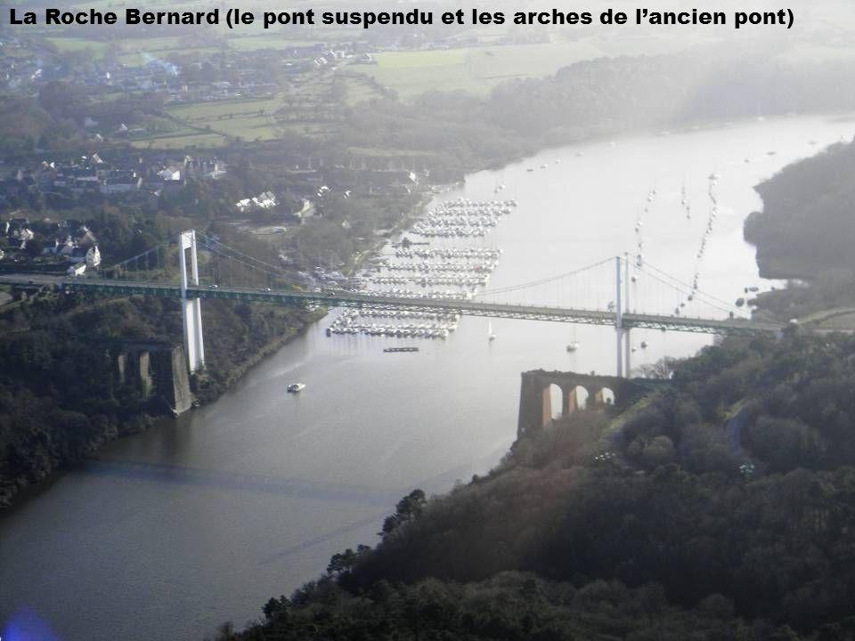 La Roche Bernard (le pont suspendu et les arches de l'ancien pont)