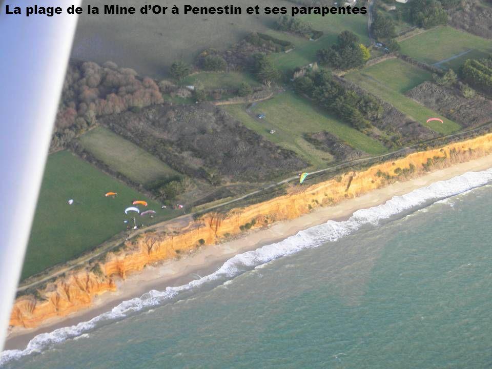 La plage de la Mine d'Or à Penestin et ses parapentes