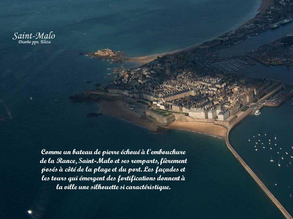 Comme un bateau de pierre échoué à l embouchure de la Rance, Saint-Malo et ses remparts, fièrement posés à côté de la plage et du port.