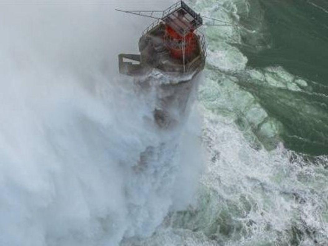 France...Finistère -Ouessant ...le phare du Nividic 35m de haut