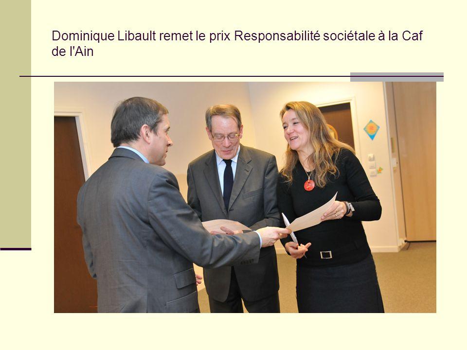 Dominique Libault remet le prix Responsabilité sociétale à la Caf de l Ain