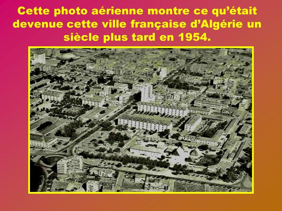 Cette photo aérienne montre ce qu'était devenue cette ville française d'Algérie un siècle plus tard en 1954.