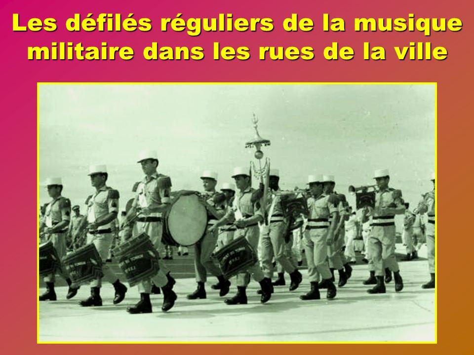 Les défilés réguliers de la musique militaire dans les rues de la ville