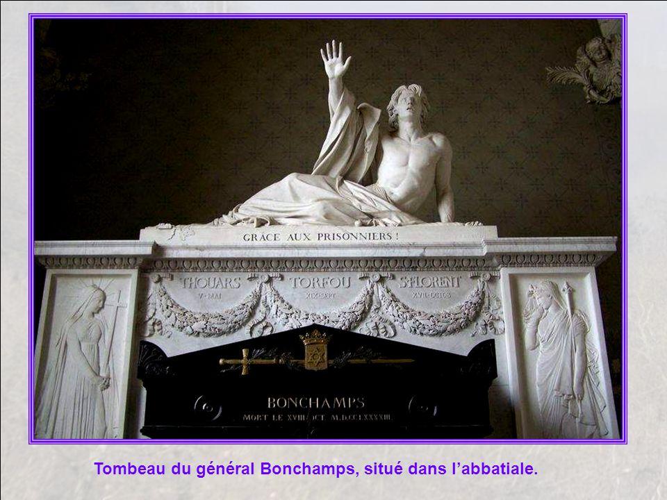 Tombeau du général Bonchamps, situé dans l'abbatiale.