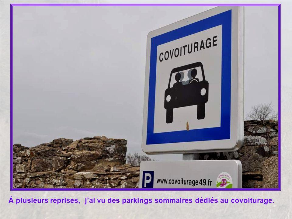 À plusieurs reprises, j'ai vu des parkings sommaires dédiés au covoiturage.