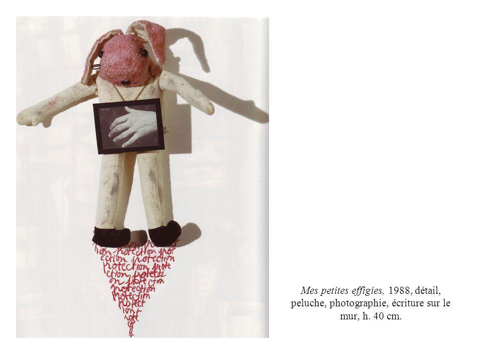 Mes petites effigies, 1988, détail, peluche, photographie, écriture sur le mur, h. 40 cm.