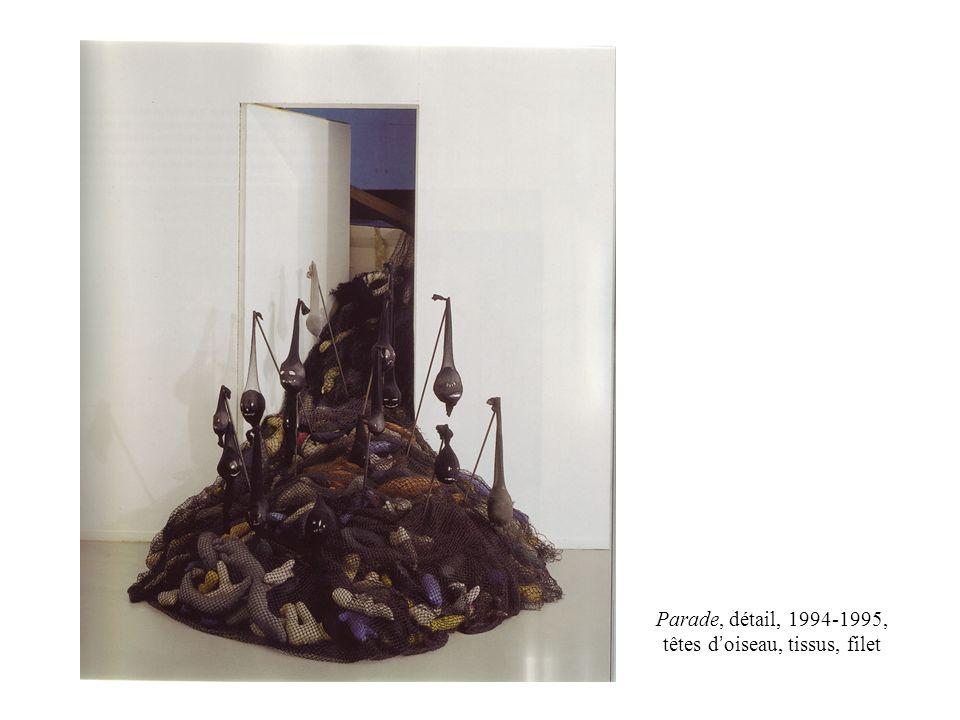Parade, détail, 1994-1995, têtes d'oiseau, tissus, filet