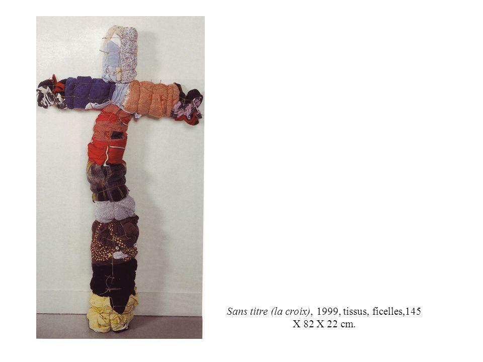 Sans titre (la croix), 1999, tissus, ficelles,145 X 82 X 22 cm.