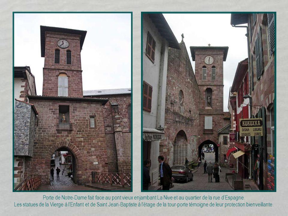 Porte de Notre-Dame fait face au pont vieux enjambant La Nive et au quartier de la rue d'Espagne.