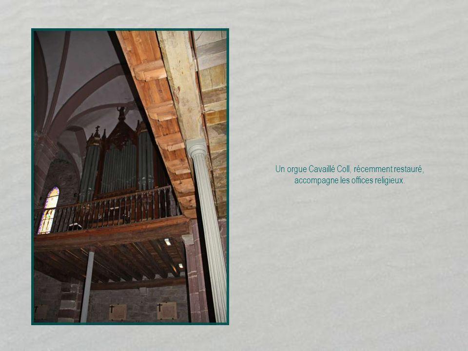 Un orgue Cavaillé Coll, récemment restauré, accompagne les offices religieux.