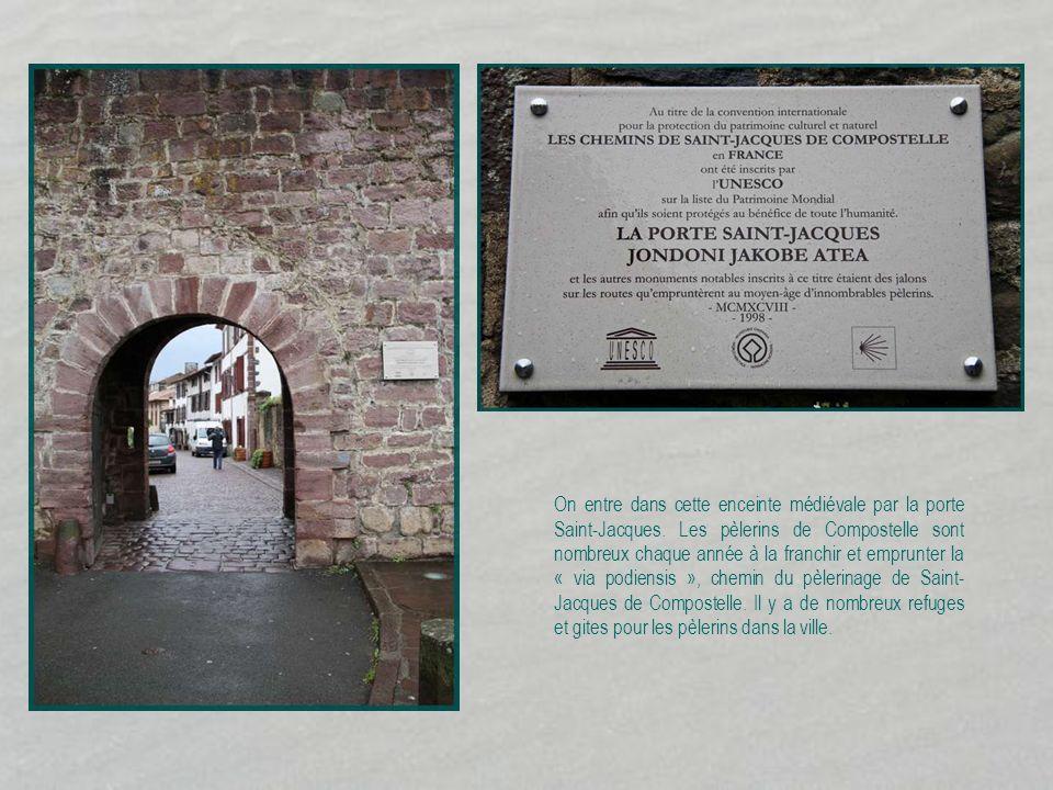 On entre dans cette enceinte médiévale par la porte Saint-Jacques
