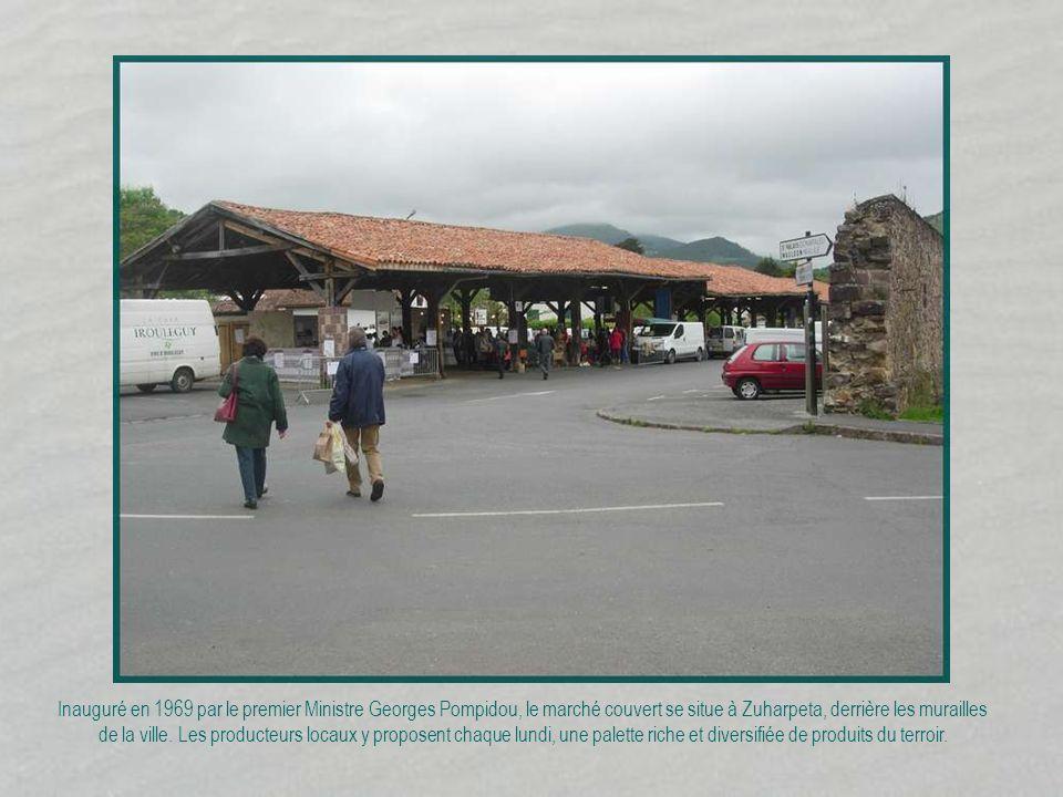 Inauguré en 1969 par le premier Ministre Georges Pompidou, le marché couvert se situe à Zuharpeta, derrière les murailles de la ville.