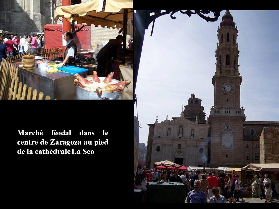 Marché féodal dans le centre de Zaragoza au pied de la cathédrale La Seo