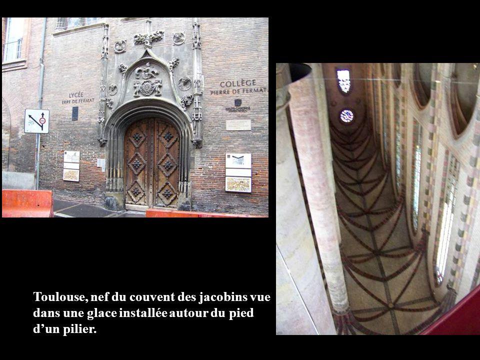 Toulouse, nef du couvent des jacobins vue dans une glace installée autour du pied d'un pilier.