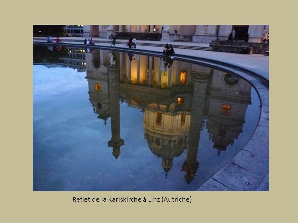 Reflet de la Karlskirche à Linz (Autriche)