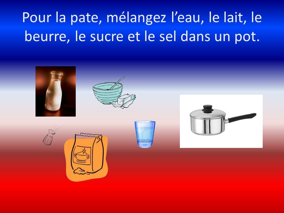 Pour la pate, mélangez l'eau, le lait, le beurre, le sucre et le sel dans un pot.