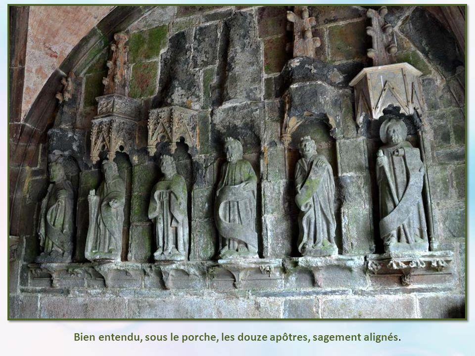 Bien entendu, sous le porche, les douze apôtres, sagement alignés.