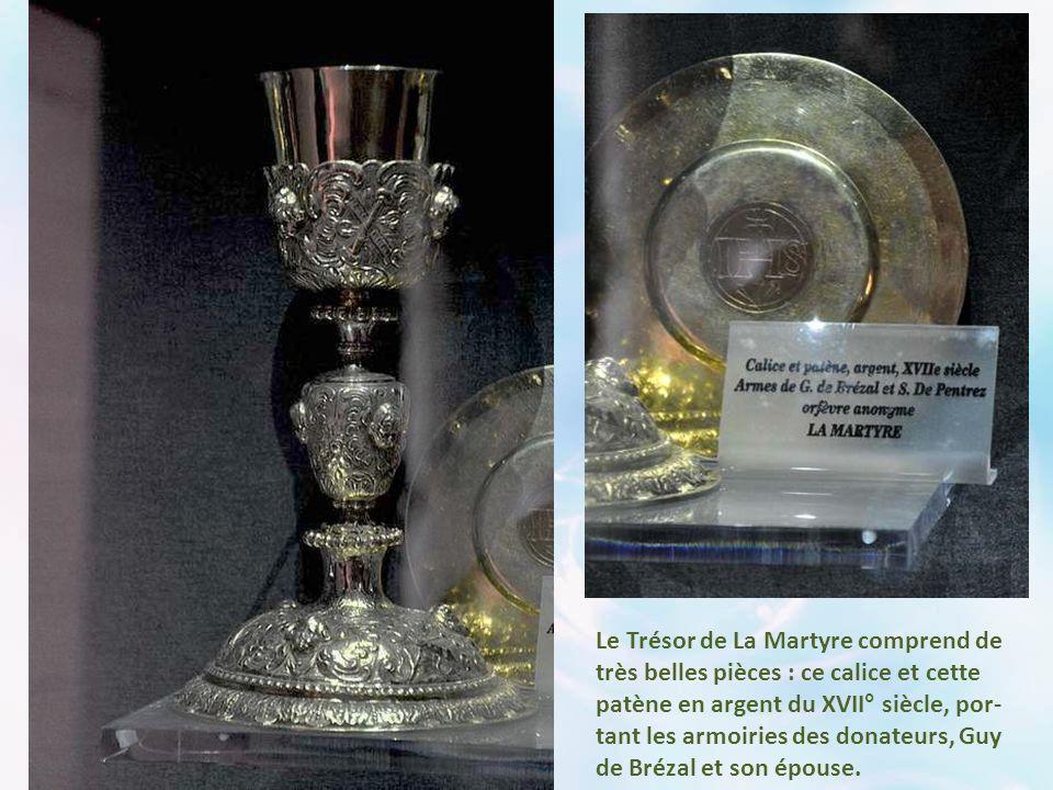 Le Trésor de La Martyre comprend de très belles pièces : ce calice et cette patène en argent du XVII° siècle, por-tant les armoiries des donateurs, Guy de Brézal et son épouse.