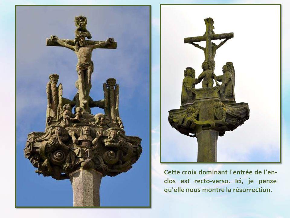 Cette croix dominant l entrée de l en-clos est recto-verso