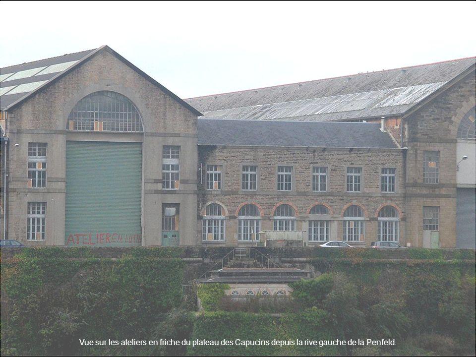 Vue sur les ateliers en friche du plateau des Capucins depuis la rive gauche de la Penfeld.
