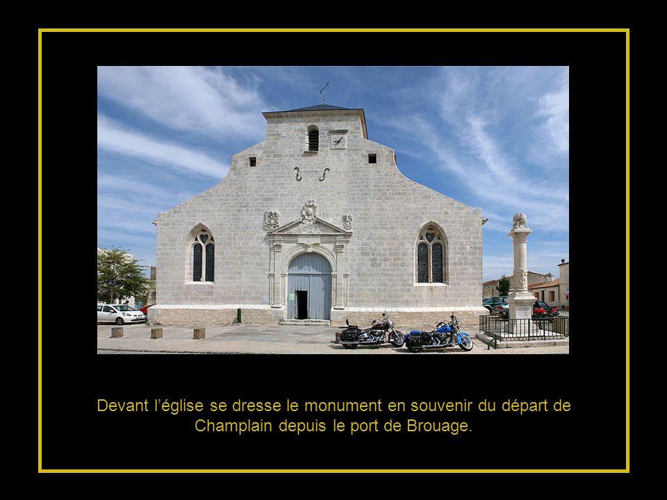 Devant l'église se dresse le monument en souvenir du départ de Champlain depuis le port de Brouage.