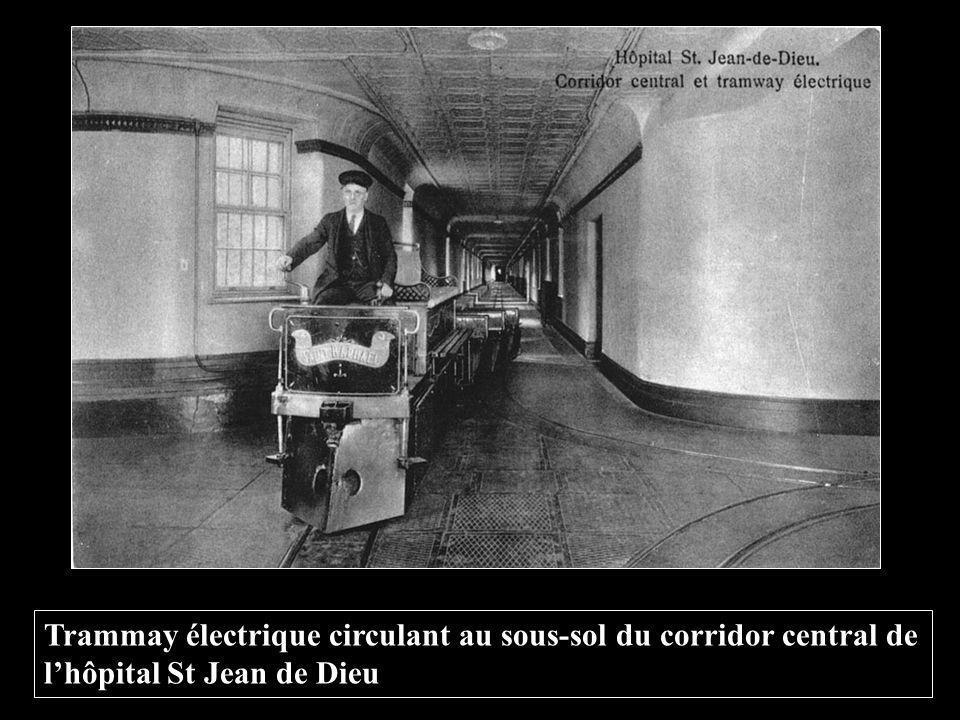 Trammay électrique circulant au sous-sol du corridor central de