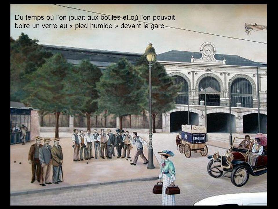Du temps où l'on jouait aux boules et où l'on pouvait boire un verre au « pied humide » devant la gare.