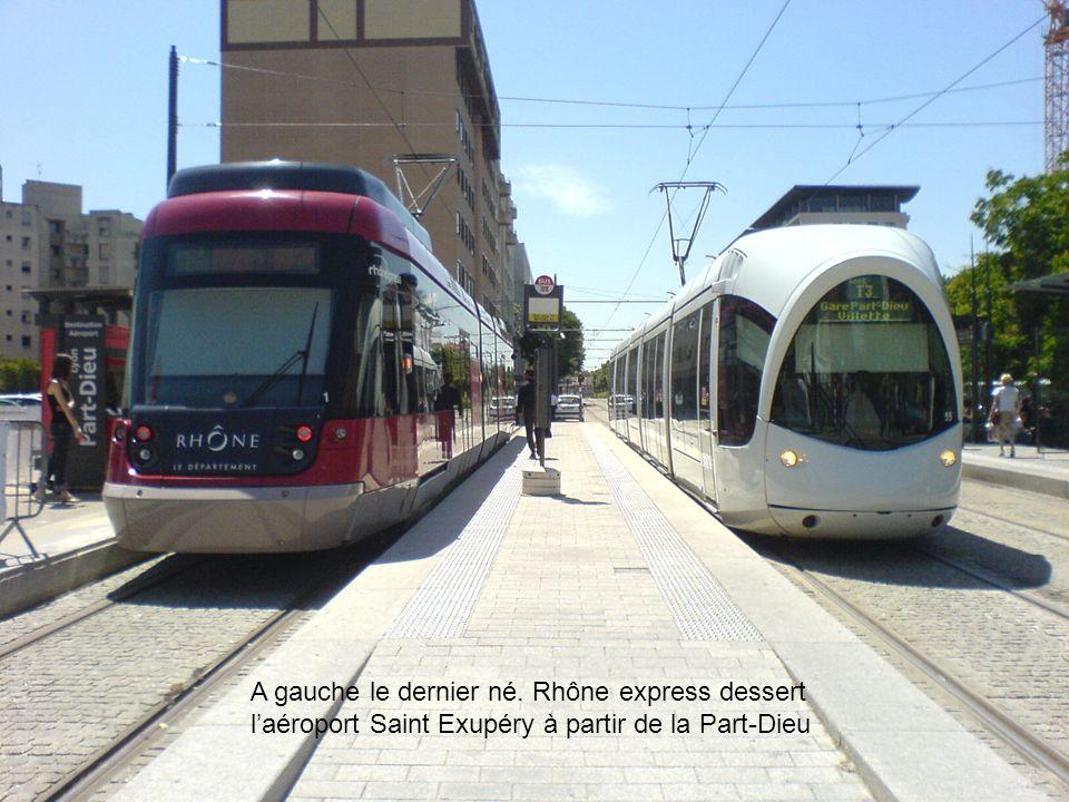 A gauche le dernier né. Rhône express dessert l'aéroport Saint Exupéry à partir de la Part-Dieu