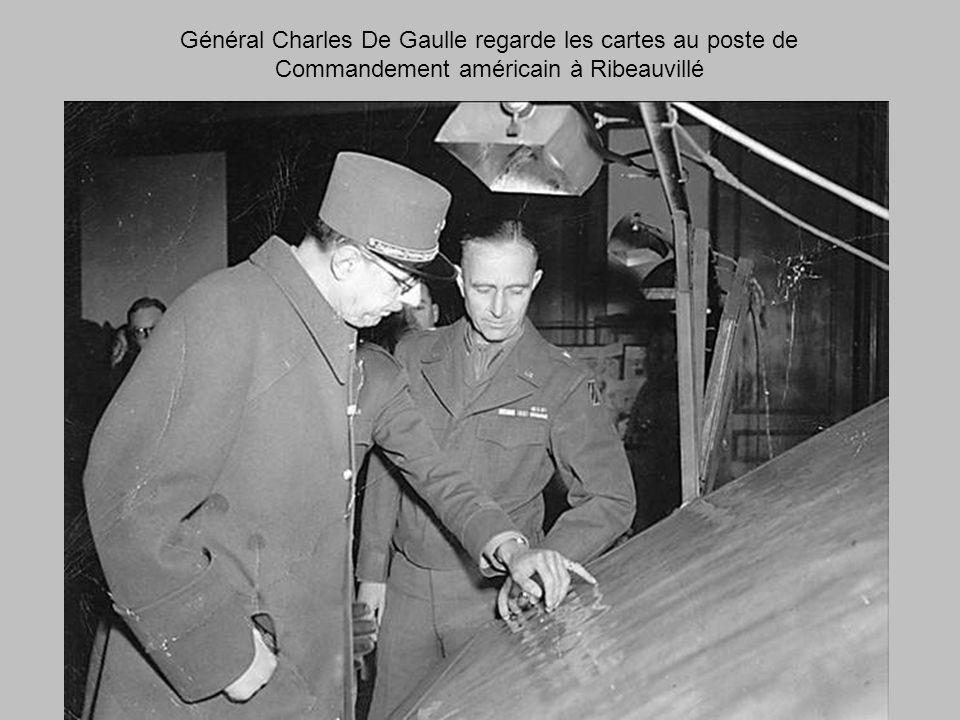 Général Charles De Gaulle regarde les cartes au poste de