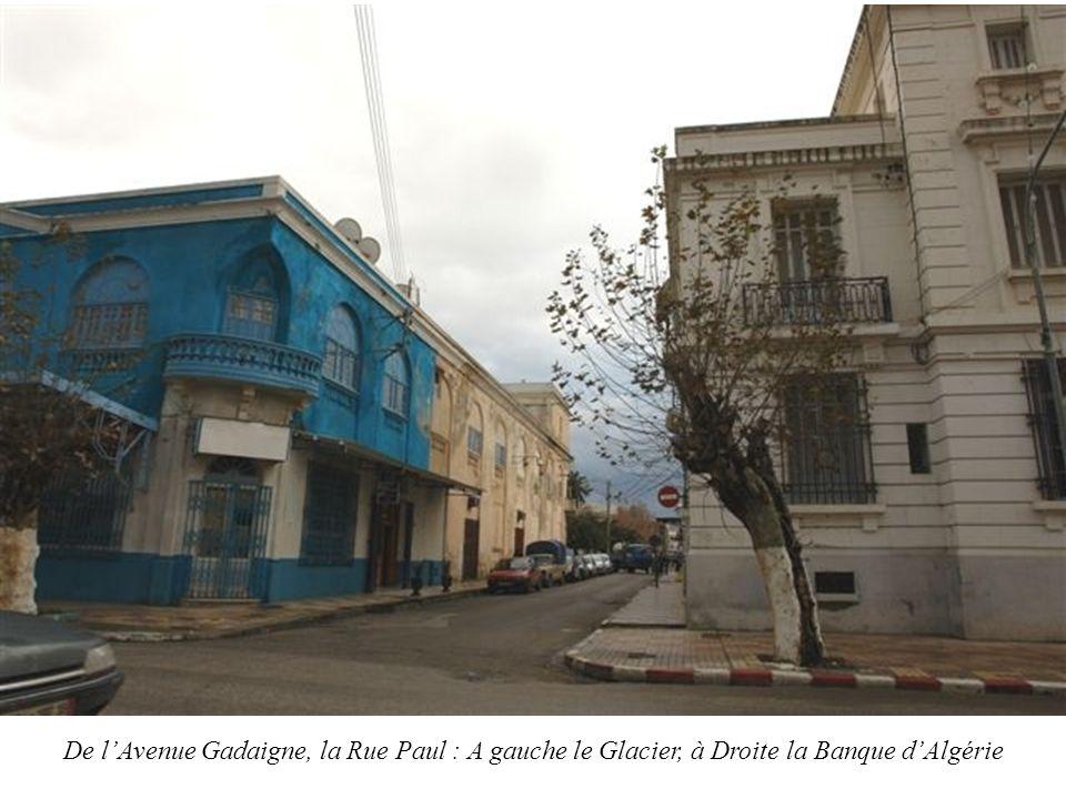 De l'Avenue Gadaigne, la Rue Paul : A gauche le Glacier, à Droite la Banque d'Algérie