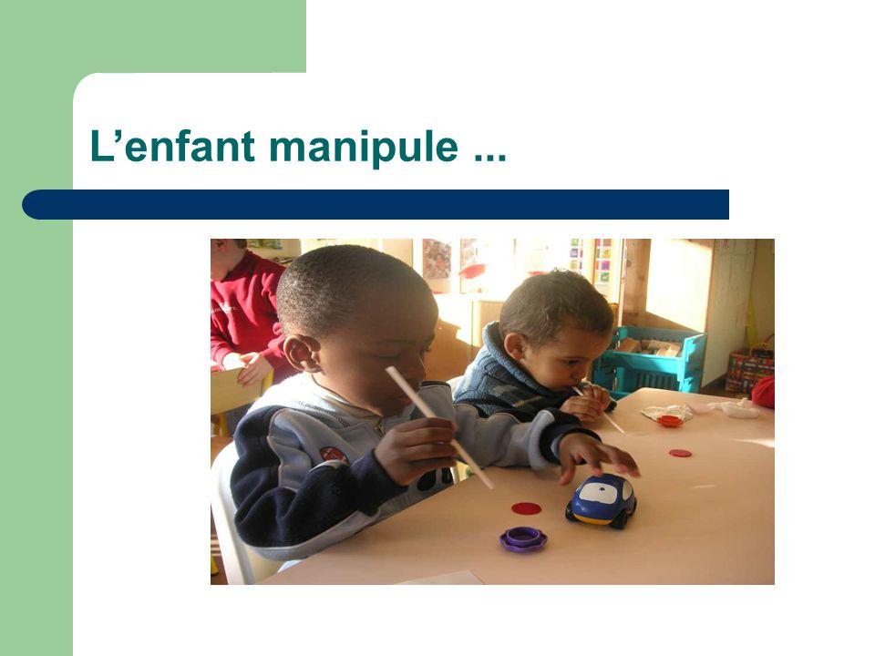 L'enfant manipule ...