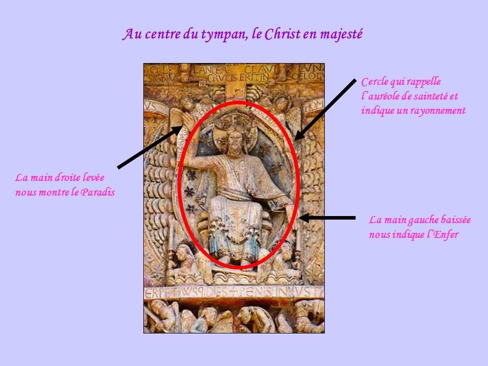 Au centre du tympan, le Christ en majesté