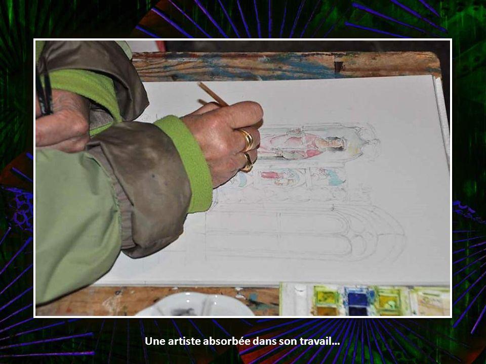 Une artiste absorbée dans son travail…