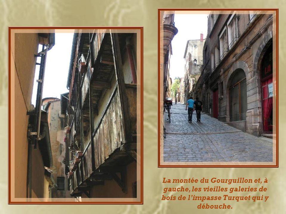 La montée du Gourguillon et, à gauche, les vieilles galeries de bois de l'impasse Turquet qui y débouche.