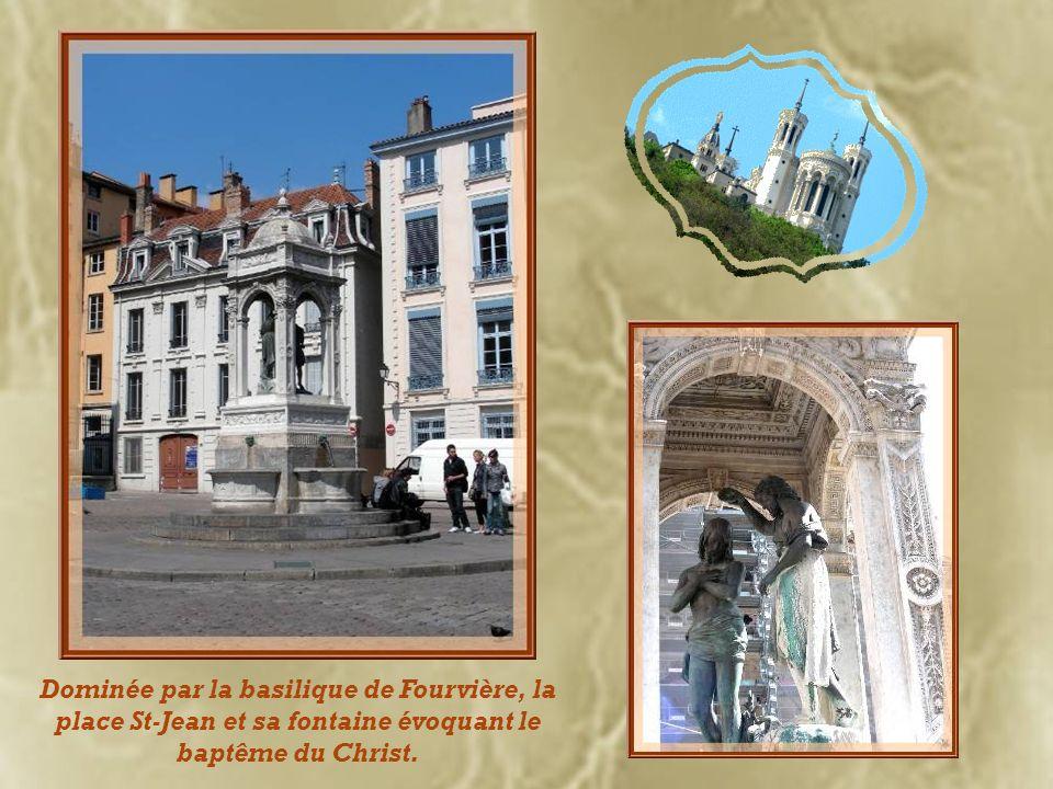 Dominée par la basilique de Fourvière, la place St-Jean et sa fontaine évoquant le baptême du Christ.