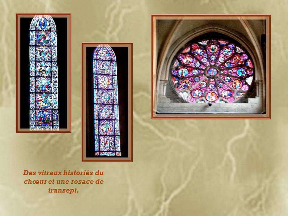 Des vitraux historiés du chœur et une rosace de transept.
