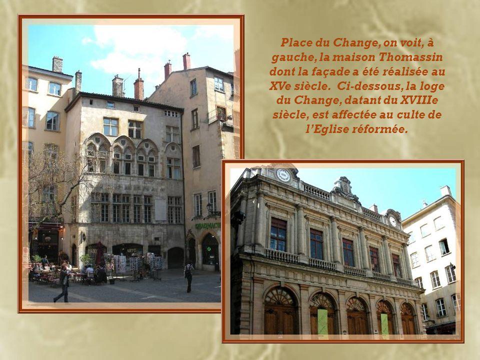 Place du Change, on voit, à gauche, la maison Thomassin dont la façade a été réalisée au XVe siècle.