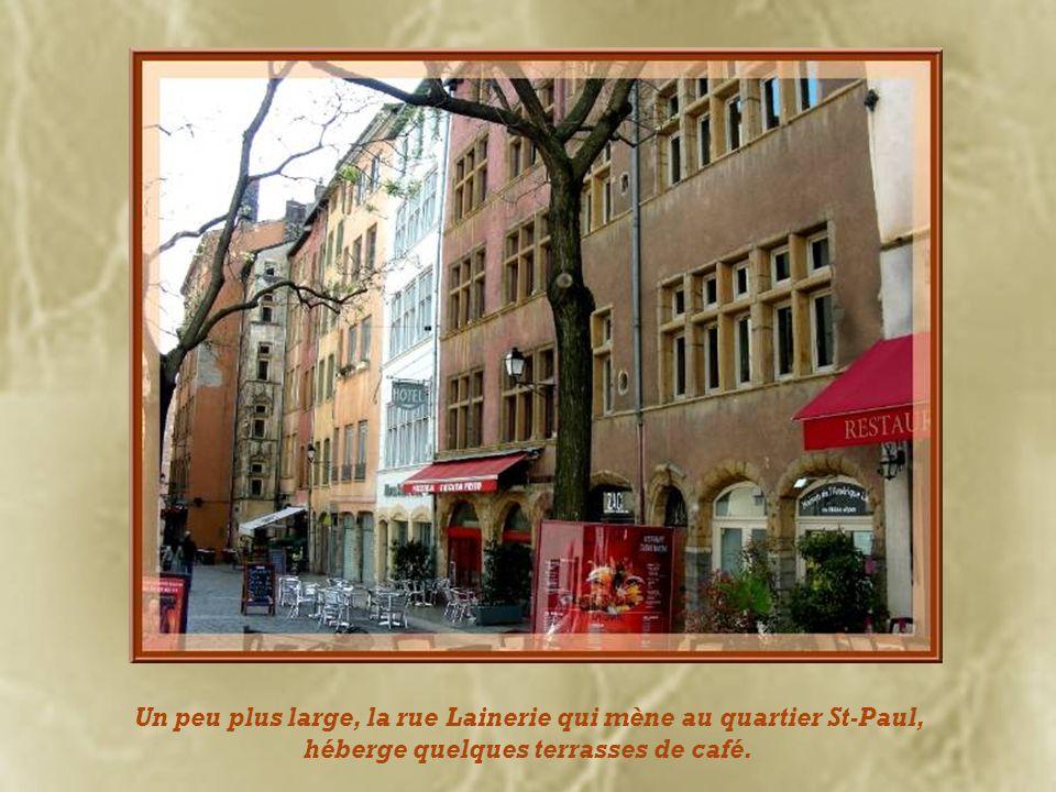 Un peu plus large, la rue Lainerie qui mène au quartier St-Paul, héberge quelques terrasses de café.