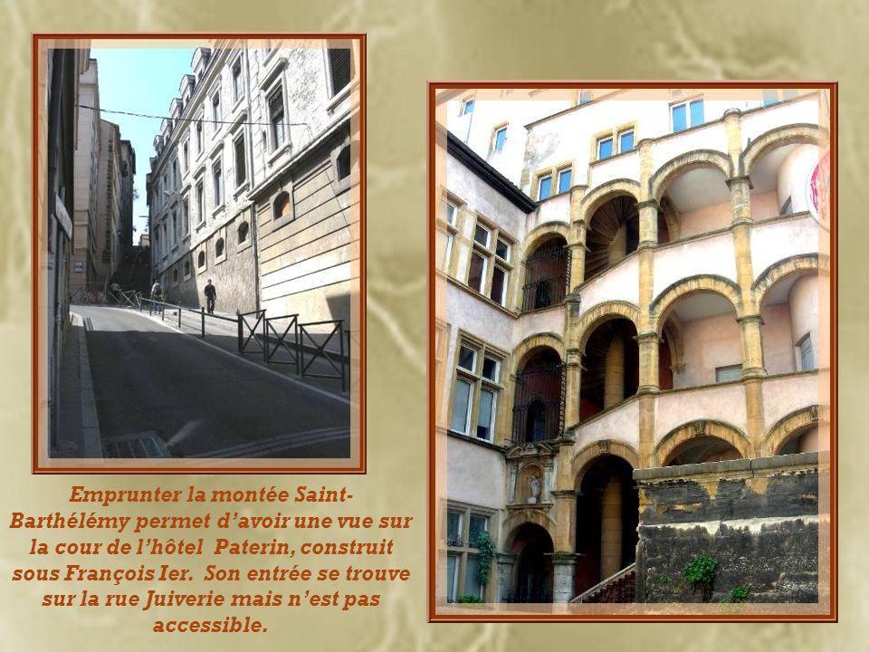 Emprunter la montée Saint- Barthélémy permet d'avoir une vue sur la cour de l'hôtel Paterin, construit sous François Ier.