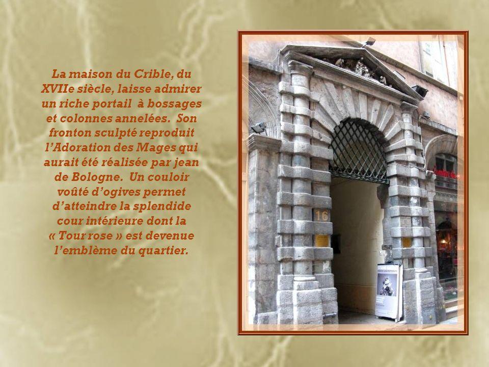 La maison du Crible, du XVIIe siècle, laisse admirer un riche portail à bossages et colonnes annelées.