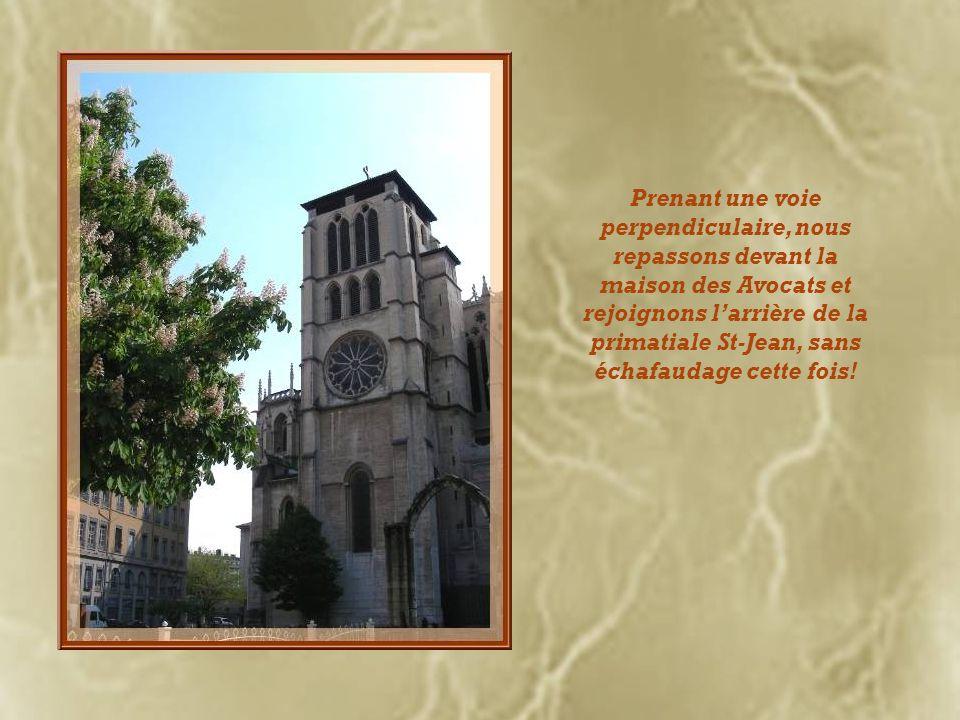 Prenant une voie perpendiculaire, nous repassons devant la maison des Avocats et rejoignons l'arrière de la primatiale St-Jean, sans échafaudage cette fois!