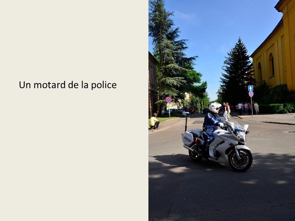 Un motard de la police