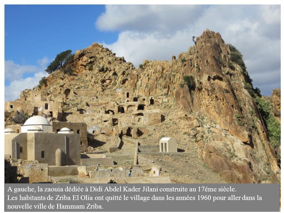 A gauche, la zaouia dédiée à Didi Abdel Kader Jilani construite au 17éme siècle.