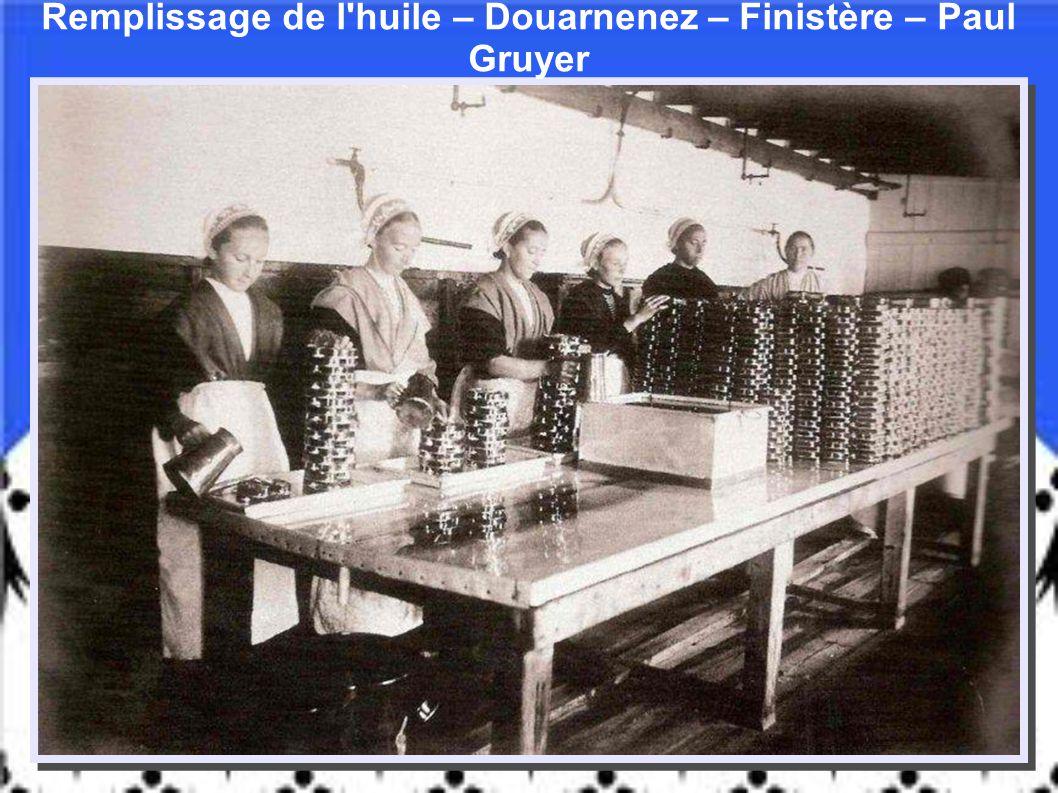 Remplissage de l huile – Douarnenez – Finistère – Paul Gruyer