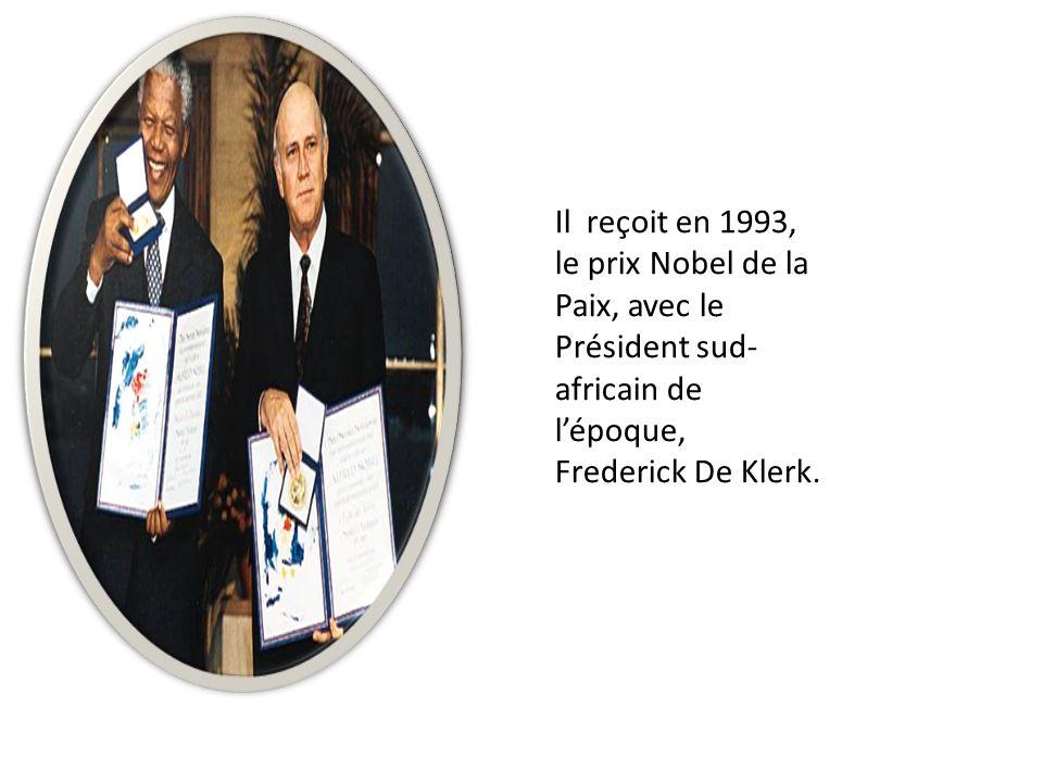 Il reçoit en 1993, le prix Nobel de la Paix, avec le Président sud-africain de l'époque, Frederick De Klerk.